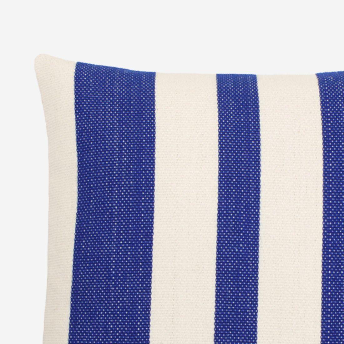 detalle-cojín-decorativo-a-rayas-color-azul-solar