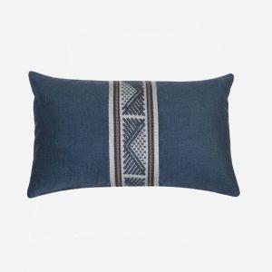 cojines-decorativos-cojín-en-terciopelo-azul-tejido-geométrico-hecho-a-mano-30x50cm-majestad